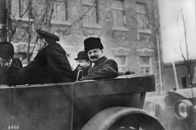 Första världskriget. Rysklands ombud anländer till fredsförhandlingen.