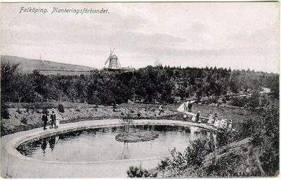Planteringsförbundets park, Svandammen. Sydvästra delen av parkområdet var ännu ett par år in på 1900-talet en ogästvänlig stenhåla, den s.k. Jungfruhålan men blev sedan omgjord till damm.