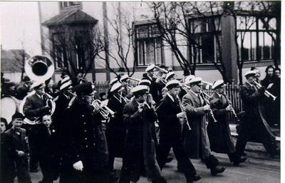 Mössebergs musikkår. Torstensonsgatan 1 maj omkring 1940.