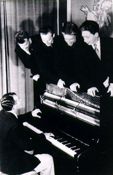 Anders Heribertz orkester i slutet av 1940-talet. Från vänster: Göte Larsson, Olle Alsterfjärd, Ingvar Arrestig, Nils Heribertz ?samt Anders Heribertz vid pianot.