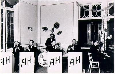 Dansband. Anders Heribertz orkester i Badrestaurangen Mössebergsparken 1940-talet. Från vänster: Olle Alsterfjärd, Stig Johansson, Sven Gunnar Wester, Ingvar Arrestig, Arne Brissman och Anders Heribertz.