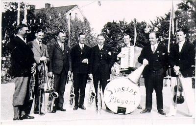 Dansband. Singing Players på spelning i Hjo, omkring 1930. Kapellmästaren och tillika landsfiskalen Gösta Olsson är mannen med megafonen.