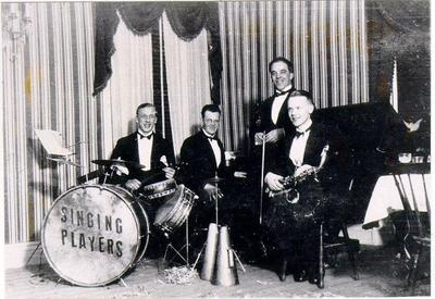 Dansband. Singing Players, hotell Royal i Hjo. Trummor Bertil Börjesson, piano Gösta Alexandersson, fiol Gösta Olsson, sax. Johannes Andersson.