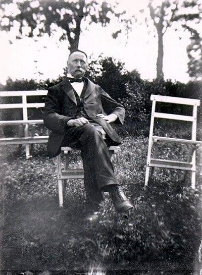 Skräddarmästare F. A. Dahlén, Haglunda, Döve. Stugan finns på Västergården. (Gästgivaregården, Döve). Foto troligen Einar Dahlén på 1910-20 talet.
