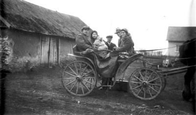 Besök från Sörgården på väg till stan vid Ledsgården. Hilmer Jonsson i mitten 1920-talet.