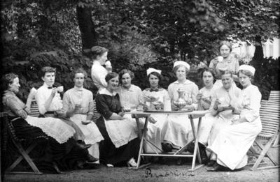 Personal på Mössebergs kurort omkring 1915, Hulda Wallin mörkklädd 4. från vänster.