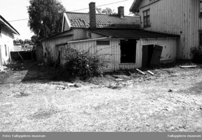Fotodokumentation, föranledd av rivningsbeslut. F.d. drängstuga, stall och fähus - gårdens nordöstra hörn.