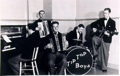 Dansband. Tip Top Boys. Bildades 16 okt 1937. Vid pianot Anders Heribertz, dragspelare Gunnar Augustsson och Hans Karlsson, trummor Gustaf Andersson, gitarr Curt Augustsson.