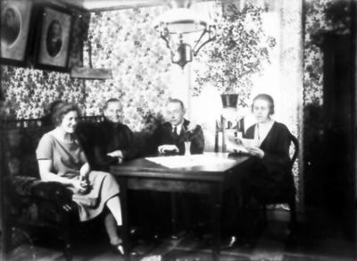 Store Hed. Lisa Johansson gift Karlsson, hennes mor Agda, Gustav Hulting, systern Stina Johansson. Fotona på väggen är Agda och Sanfrid på Store Hed.