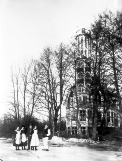 Gullåkra. Hilda Esberg, Anna-Wikman-Svanström, Johan och Edla Wikman och kapten Erik Stenholm.