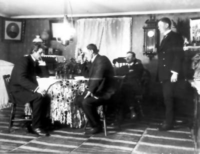 Oskar Leontin och Karl Fält spelar schack, ev. Amandus och Torsten Fält. Stora rummet hos Fälts.