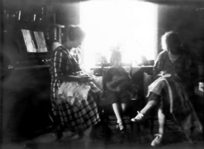 Hilmer Johanssons hus vid Sörby station nr. 11. Marta Lodén, fosterbarnet Kerstin Johansson, Anna Persson-Nord.