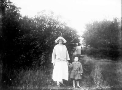 Hos Öbergs nere vid Lidan. Blenda född 1899 och Donald född 1921 (son till Ture Öberg).
