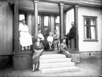 Hos Villes i Trädgården. Inga Samuelsson, Edit Samuelsson med son Lars, Ville och Betty Samuelsson. På trappan okänd och Hildur Samuelsson.