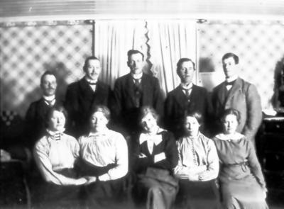 Stående Claes Andersson, Verner Gustavsson, Oskar Andersson, okänd, Torsten Fält. Sittande Berta Andersson och fyra okända.