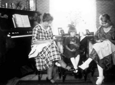 Marta Lodén, hennes fosteflocka Kerstin Johansson född 1918 i Göteborg, hennes syster Anna gift med Oskar Nord. Marta gift 2ggr.
