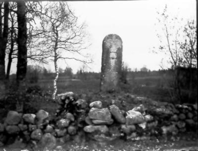 Milsten c:a 200 m väster om Bryngelsgården Västorp.  Till vänster om stenen sys gården Ekkullen.