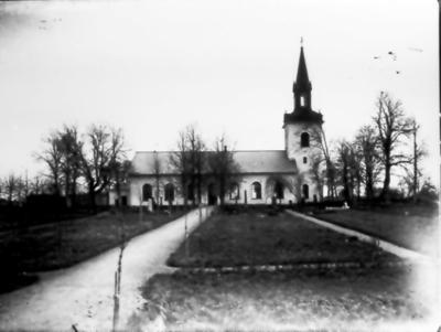 Floby kyrka med den nya kyrkogården. Bron över kanalen syns i underkanten. Den ljusa gravvården t.h tillhör Anders i Biskopsgården.