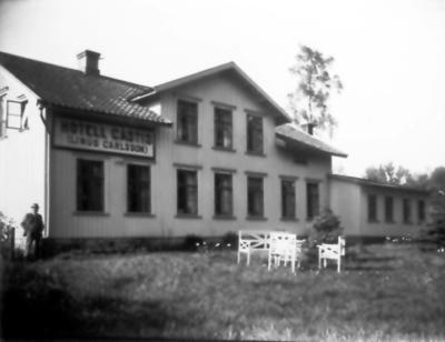 Hotell Gästis. T.v. dåvarande ägaren Linus Carlsson. Huset byggt 1877-78 alldeles intill järnvägsstationen, då gästgivaregården i Käddabo lades ner.