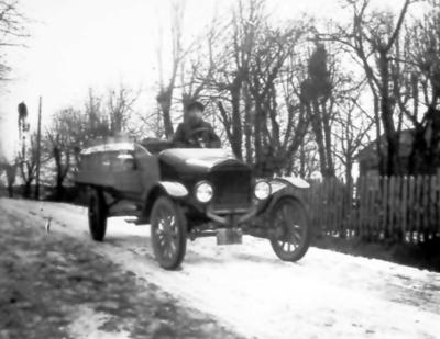 Fribergs mjölkabil. Chaufför Erik Gustavsson från Hallagården. Han var bland de första som hade körtkort i Floby. Foto taget mittför Torsten Fälts hem Bossgården.