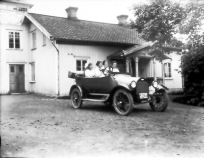 Floby mejeri, Fribergs bil som var en Chevrolt. Fribergs döttrar Dagmar och Gunhild.