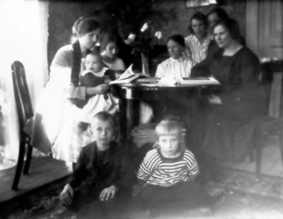 Gertrud Ljungkvist med dottern Karin, Signe Alma Lisa Harry och Ester Thiel, framför dem Henry och Ingerid Ljungqvist.