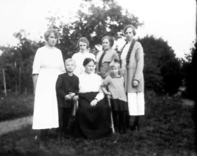 Signe, Lisa, Ester Thiel och Gertrud Ljungqvist. Sittande Alma Thiel med barnbarnen Henry och Ingrid Ljungqvist.