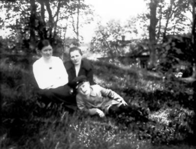 Anna Tengstrand, lärarinnan Elsa Jörgensson och Annas son Erik T, född 1914, död 1937. Bakom dem Eklundagatan 10.