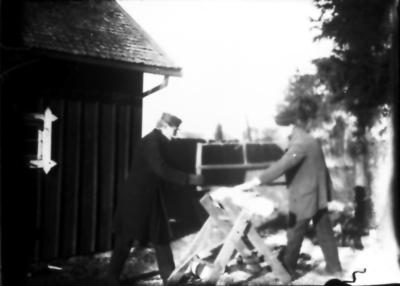 Vedsågning hos Holmströms, Flobys äldsta hus i början av Gullåkravägen. T.v. skräddaren Anders Johan H.
