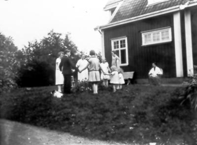 Hos Ljungqvists. Signe, Harry och Ester Thiel, Ingridd Malm, Ingrid Johansson. Barnen är Eivor Thiel och Karin och Gunvor Ljungqvist. Vid väggen Alma Thiel.