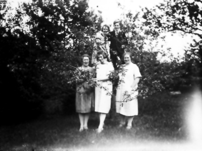 Inga Johansson (Inga på Floda), Signe och Ester Thiel. Bakom Inrgid Malm och Harry Thiel.