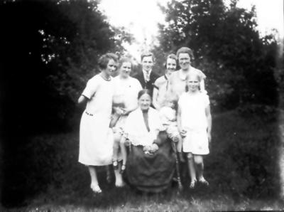 Signe, Ester, Harry Thiel, Ingrid Malm och Inga Johansson. I mitten sitter Alma Thiel. Barnen är Vega, Inga och Eivor T.