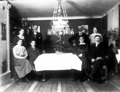 Matsalen på Österås. Nenny, Ejnar, Viktoria, hennes man. Stående Elsa, Erik, Emil och Elin.