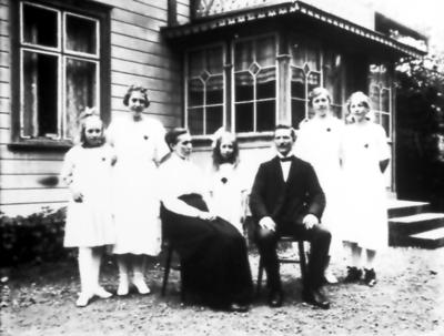 Hos Södergrens, Storgatan 25, Albert Johansson med frun Betty och barnen Astrid född 1909, Anna född 1904, Gunhild född 1912, Karin född 1902 och Signe född 1907.