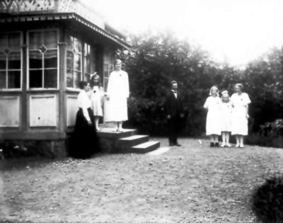 Storgatan 25. Albert Johansson med hustrun Betty och barnen Gunhild, Karin, Signe, Astrid och Anna.