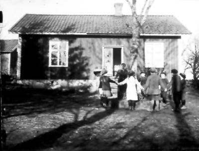 Skolbarnen i Marka småskola 1918 eller -19. Skolan låg vid den gamla landsvägen i Narven. Lärarinna Edit Samuelsson.