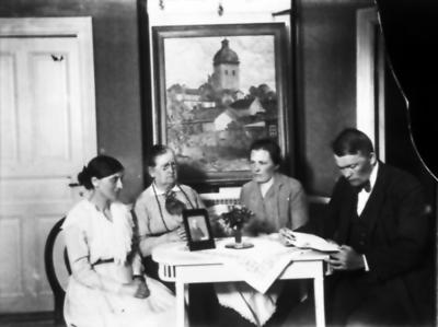 Okänd, Carolina Söderlund, Elsa Jörgensson och Bengt Söderlund. Tavlan föreställer Caroli kyrka i Borås.