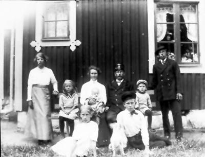 Banvaktstuga n:r 80 mellan Väla och Källeryd. Huset revs och byggdes upp på Alphem. Banvakt Hjalmar Blomgren med hustrun Hilda och barnen Anna-Britta (i knät), Ester, Göta, Asta, Bertil, Allan och Hilding.