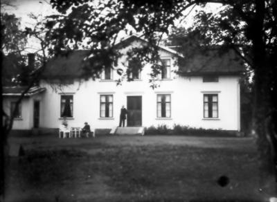 Hotell Gästis. Gästgivagården i Keddabo lades ner och verksamheten flyttades hit 1877-78. På trappan hotellägaren Linus Carlsson, hans fru och sonen Gösta i rullstol.