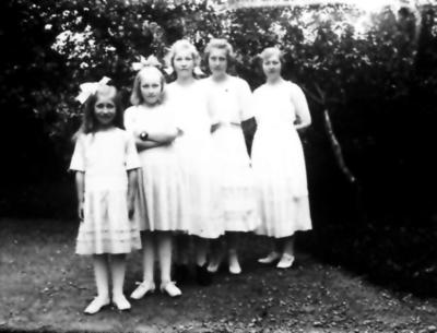 Albert Johanssons i Trädgården döttrar Gunhild född 1912, Astrid född 1909, Signe 1907, Anna 1904, Karin 1902.