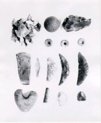 Lösa jordfynd av Karl Andersson, Kastholmen, Floby. En flintyxa, del av en enkel skafthålsyxa, tre flintskäror, en flintpilsspets, två skrapor?, en kärna, en mängd flintavslag, tre sländtrissor.