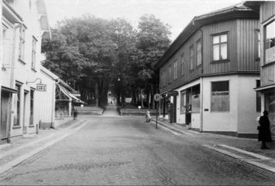 Foto före 1963, då Storgatan 4 revs. Till höger Blomgrens hörna. I fonden allén till gamla kyrkogården.