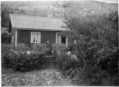 Bestorp, Gläntan. Britta Persson utanför sin stuga i Bestorp. När Doktor Axel Wersén slutade sin anställning som överläkare vid Mössebergs badanstalt och Sanatorium och öppnade praktik i Stockholm, köpte han denna stuga. Stugan kallas Gläntan och är den enda i original som finns kvar. Ursprungligen bebodd av soldaten Sköld.