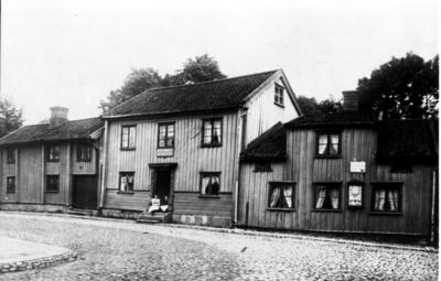 Tre sammanbyggda hus där gatan nu går fram till kyrkan, och där Kilanders nu ligger.