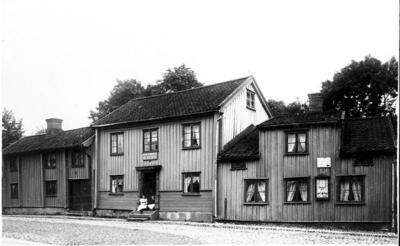 Nykterhetsvärdshus, ett av de äldsta husen i staden, revs omkring 1895. Här finns nu Kilanders. På trappan t.v. Svea Tidblad, t.h. Signe Kilander.