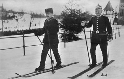 Första världskriget. Gendamer som försöker åka skidor.