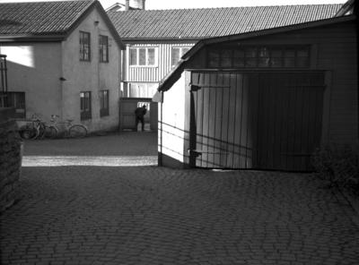 Östertullsgatan mot Rödestensgatan. Nedtill firma Wera (Veramagasinet). Gården Göta Erikssons. Till vänster charkuteriverkstad.