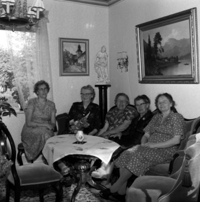 Ing-Britt Larsson, Signe Abrahamsson, 2 okända, Ester Abrahamsson på Café Hemgården.