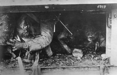 Första världskriget. Tysk sönderskjuten pansarvagn med död besättningsm.