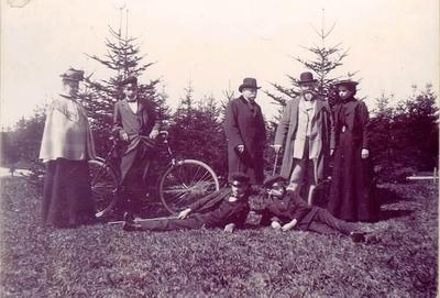 Lasarettsläkare A.P. Westerberg och överkonduktör Kronvall med familj i Planteringsförbundets park. Kronvall byggde den första villan mellan stan och Ranten, sedermera Nordstedts.